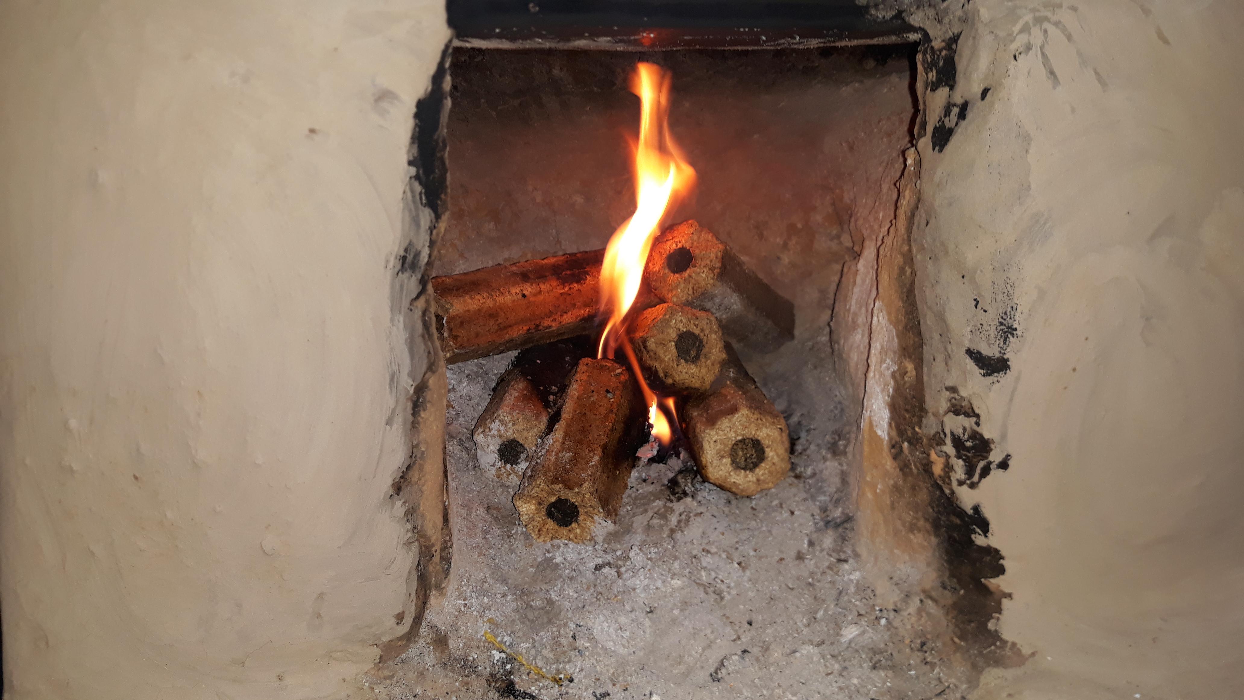 Leña+ usándose en fuegos tradicionales.