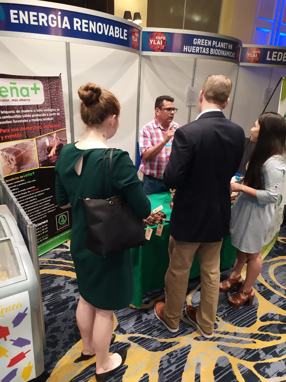 Clientes interesados en nuestros productos. Evento clausura de ExpoYlai en tegucigalpa.
