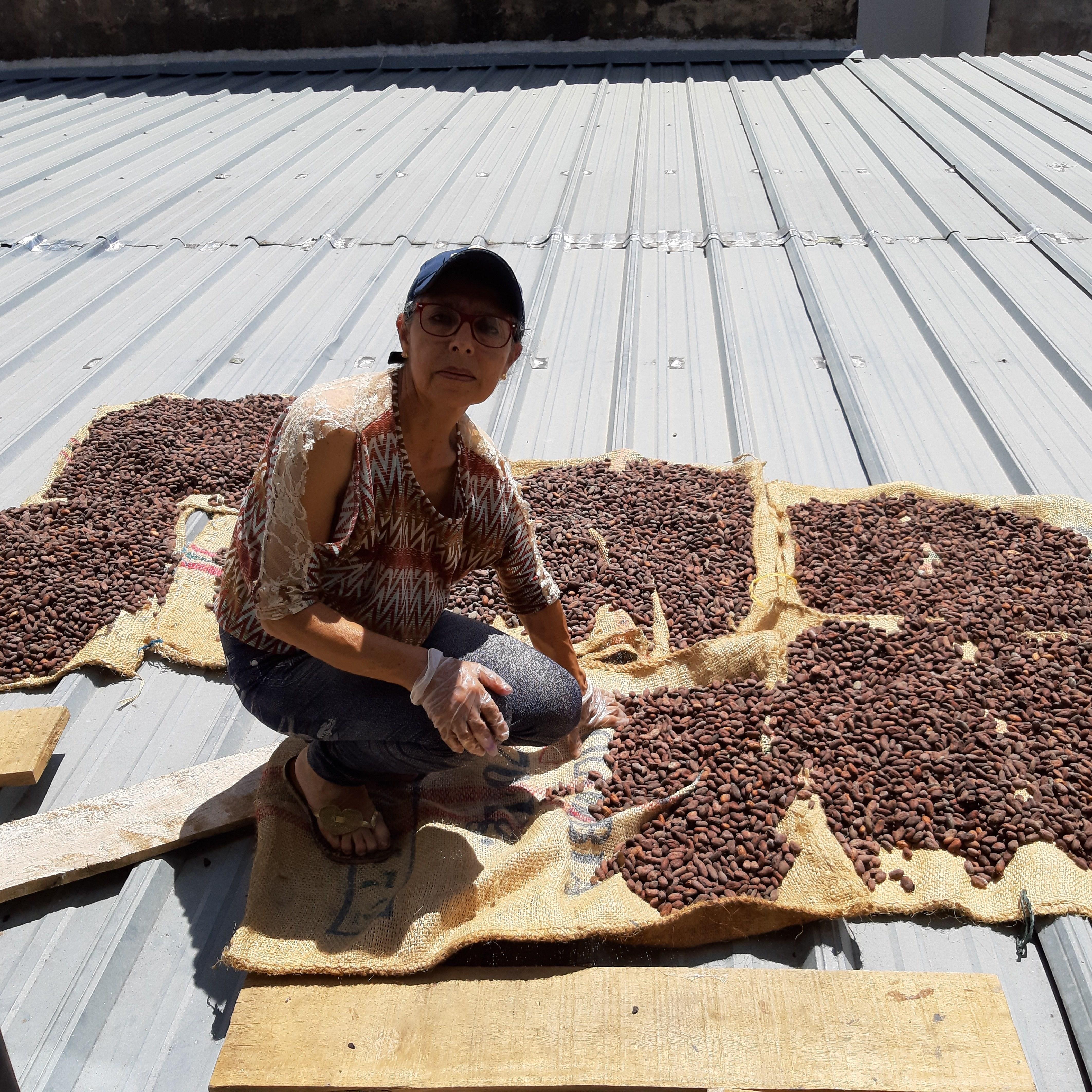 Mujer emprendedora en transformación de cacao .