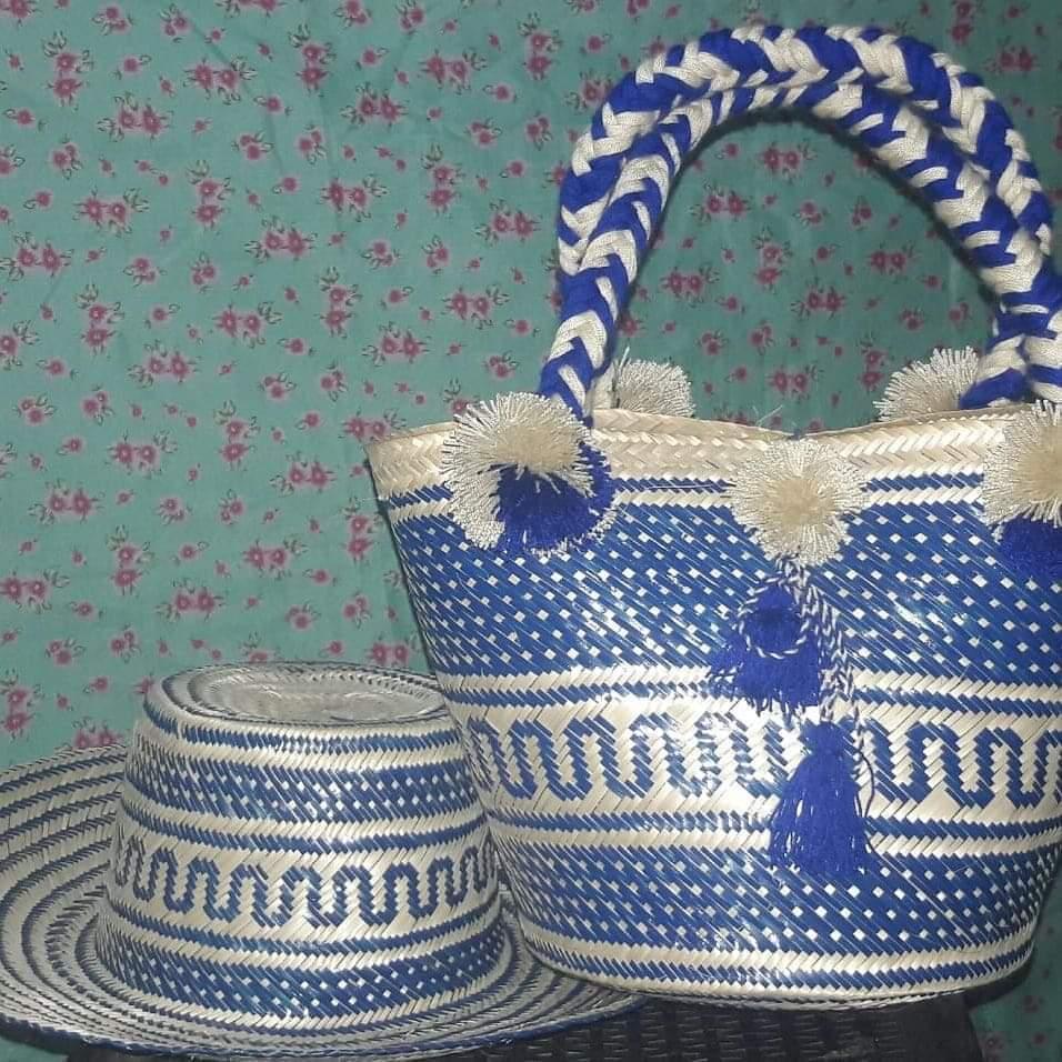 Combo bolso y sombrero tejidos en palma de iraca por artesanos indígenas Wayuu