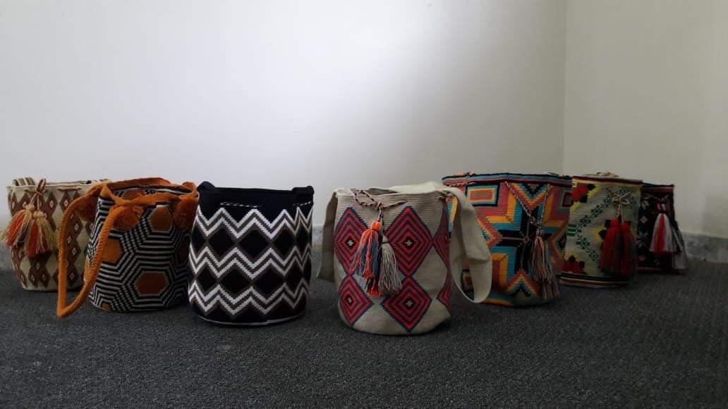 Mochilas Wayuu multicolores tejidas a mano en fibra de algodón por artesanas indígenas Wayuu
