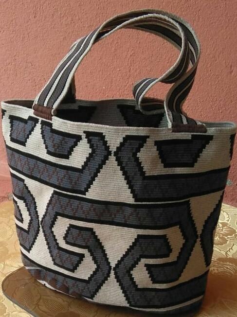 Mochila Wayuu tipo bolso tejido a mano en fibra de algodón por mujeres indígenas Wayuu