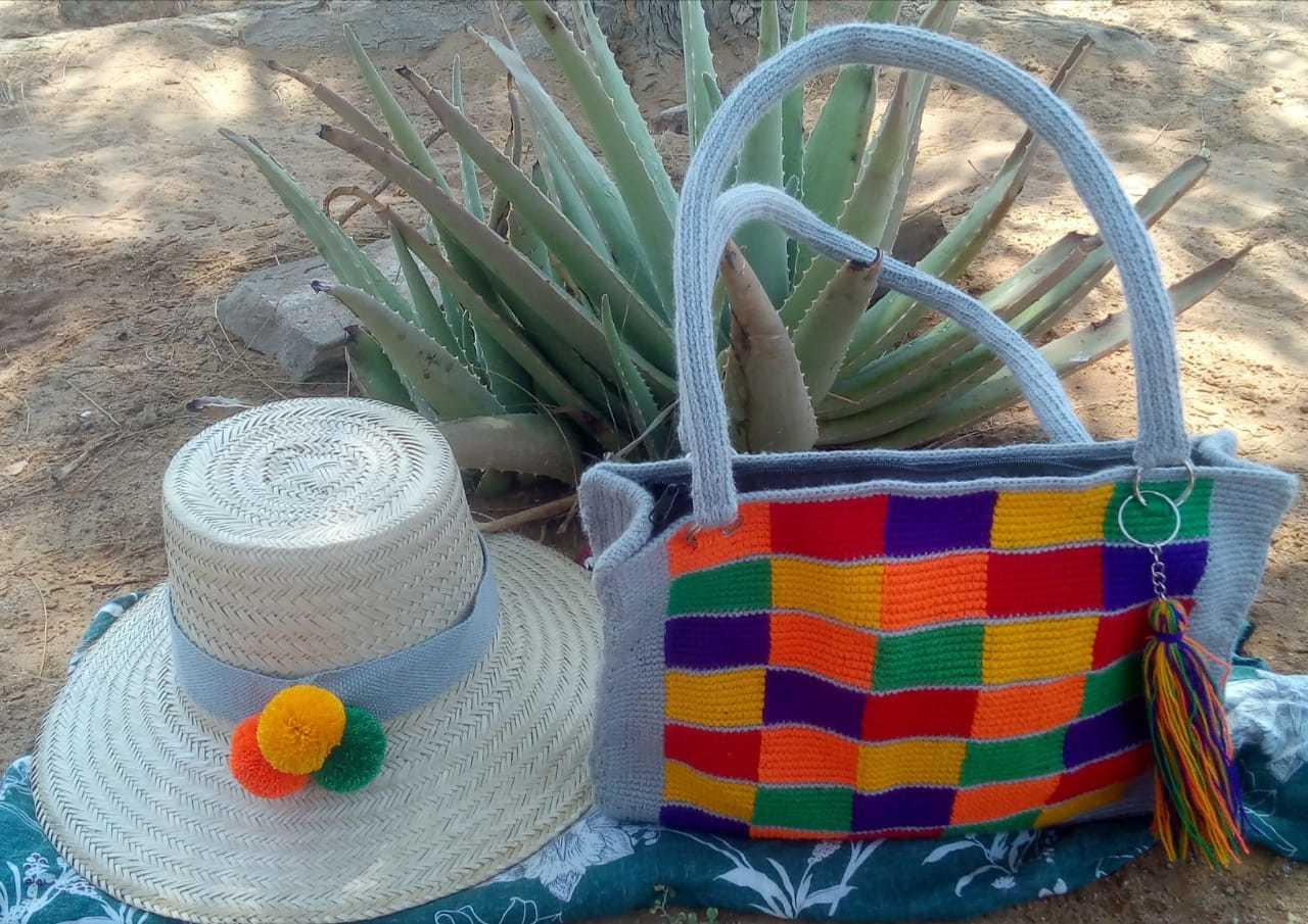 Combo mochila Artesanal tipo bolso tejido en hilo y sombrero tejido en palma de Iraca elaborados por artesanos indígenas Wayuu