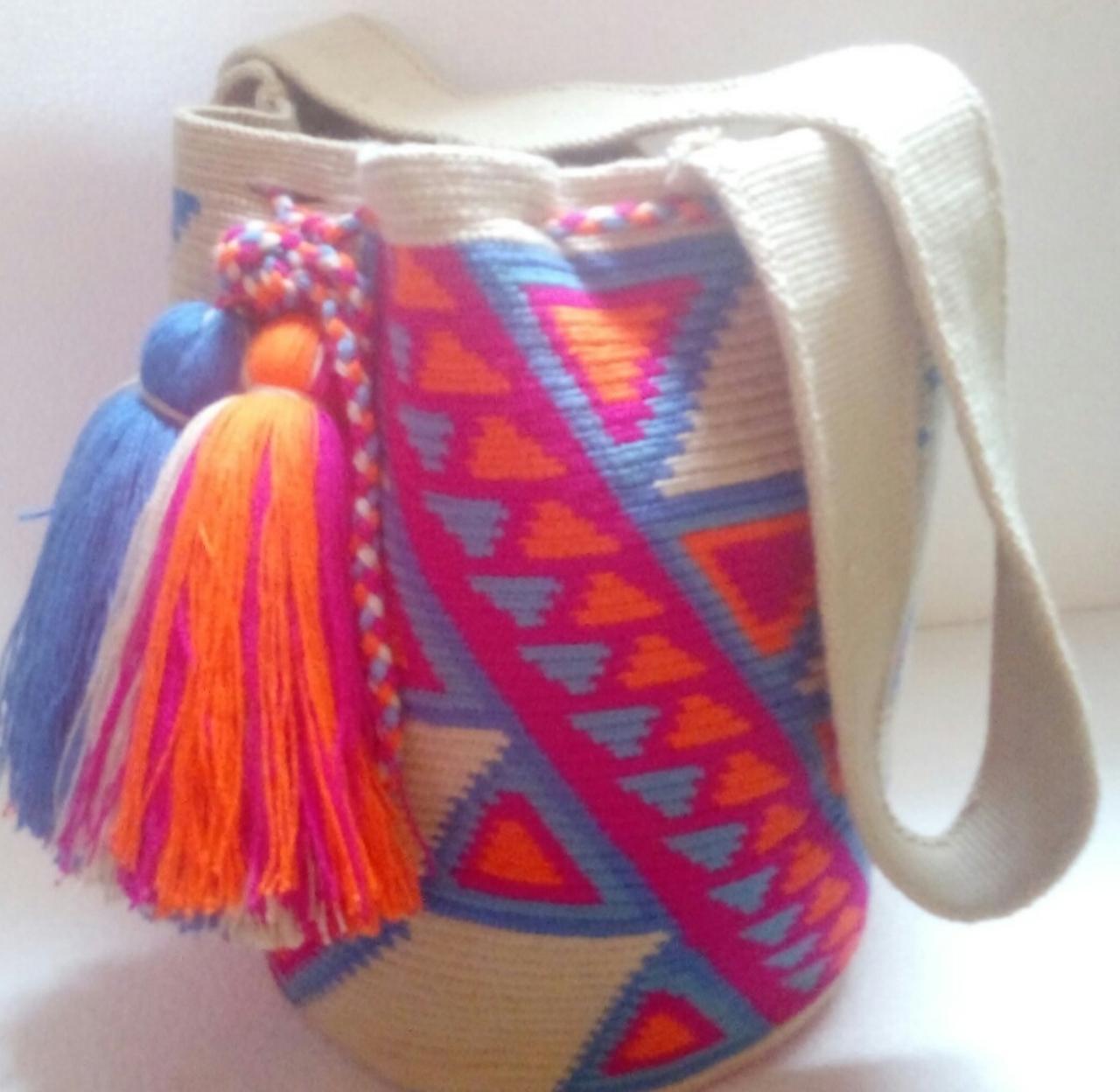 Mochila wayuu artesanal multicolor  tejida a mano en fibra de algodón por artesanas indígenas Wayuu